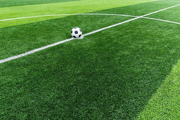 fußball feld gras mit ball auf start point. - farbfeldmalerei stock-fotos und bilder