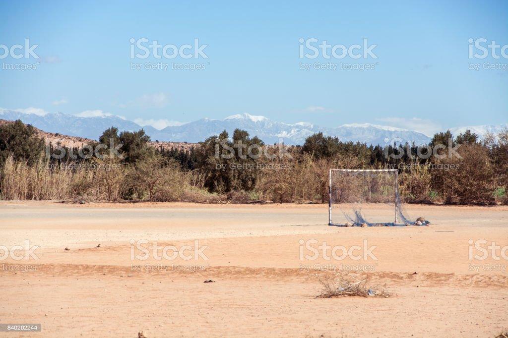 Voetbalveld in de woestijn voor Atlasgebergte, Marokko foto
