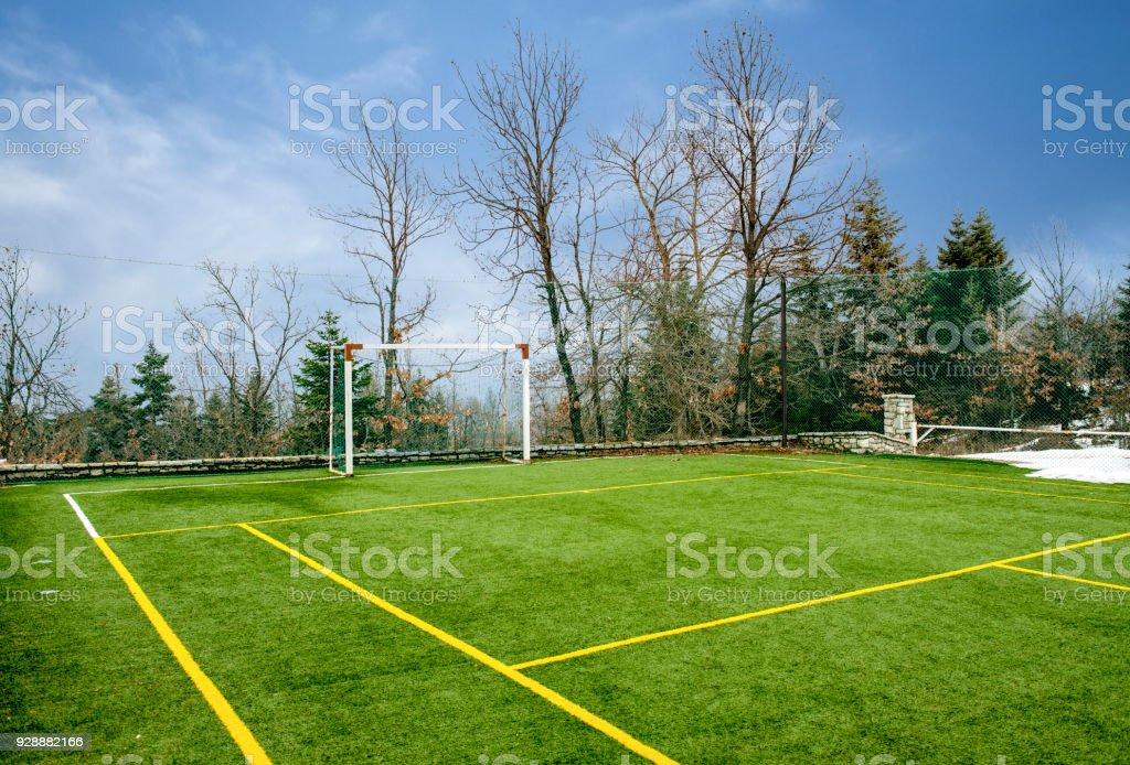 campo de fútbol con árboles y nieve en invierno - foto de stock