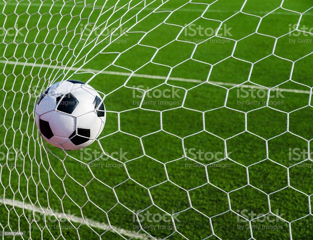 cage de but de football avec ballon de football en herbe verte field photos et plus d 39 images. Black Bedroom Furniture Sets. Home Design Ideas