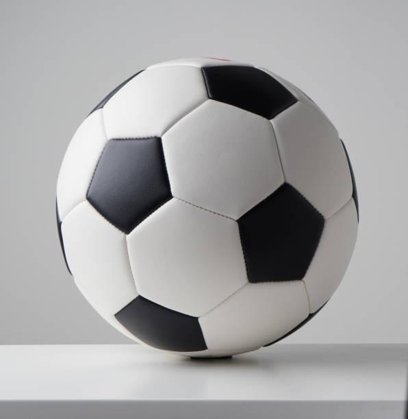 voetbal of de voetbal bal close-up beeld op lichte grijze achtergrond. - zandloper icoon stockfoto's en -beelden
