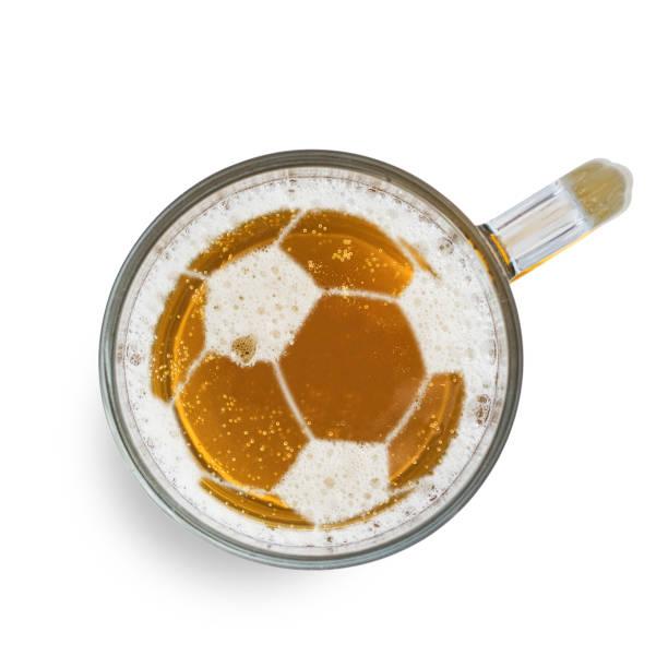 Fußball-oder Fußballschild auf dem Bierschaum in Glas, isoliert auf weißem Hintergrund. Top View – Foto
