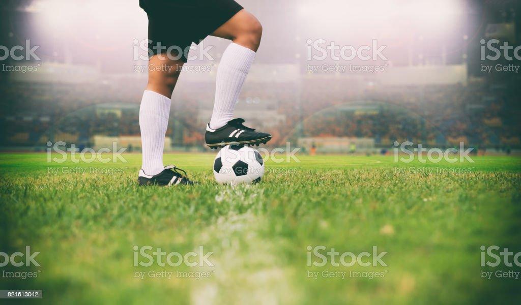 Fußball oder Fußball Spieler mit Ball auf dem Spielfeld für Kick Fußball Ball soft-Fokus und Tiefenschärfe auf Rasen Lizenzfreies stock-foto