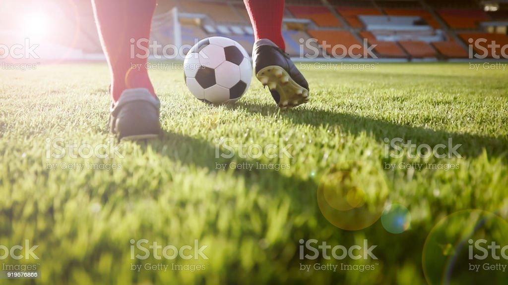 Fußball oder Fußball Spieler mit Ball auf dem Spielfeld für Kick den Ball im Fußballstadion - Lizenzfrei Asien Stock-Foto