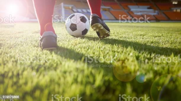 Fußball Oder Fußball Spieler Mit Ball Auf Dem Spielfeld Für Kick Den Ball Im Fußballstadion Stockfoto und mehr Bilder von Asien
