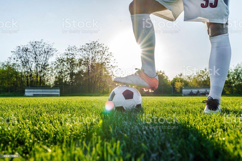 Jugador de fútbol o fútbol pie con bola en el campo para tiro la pelota de 0f2ad07bde856