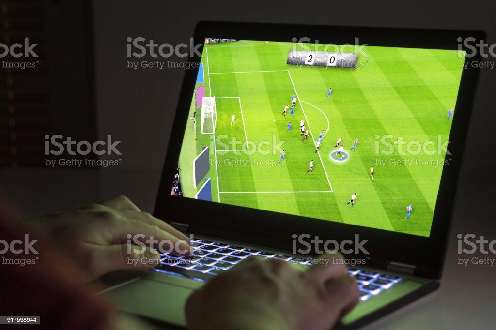 Fußball oder Fußball-Videospiel im Laptop. Junger Mann mit Computer spielen. – Foto