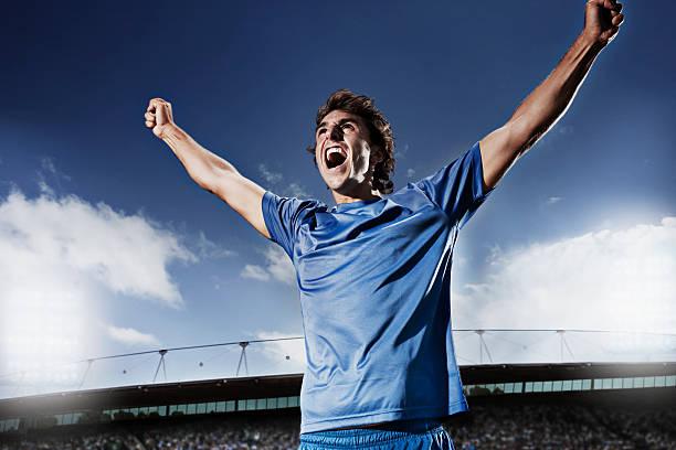 Jugador de fútbol aclamando - foto de stock
