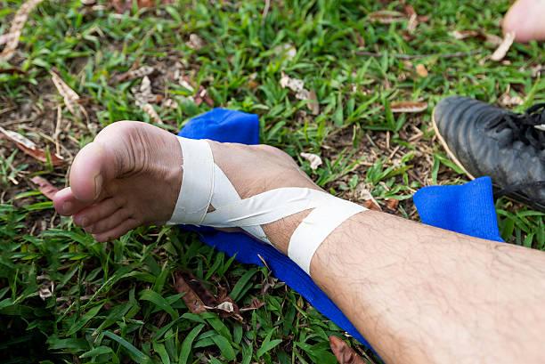 joueur de football ont une douleur des blessures en cas d'accident au match de football - mi jambe photos et images de collection