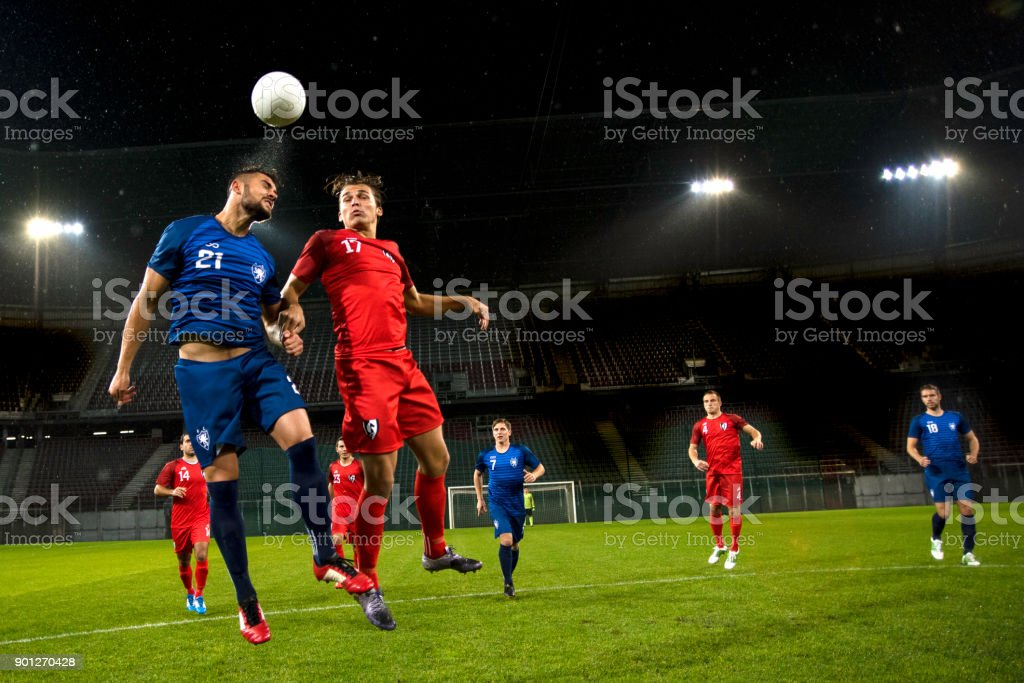 Fußball-Spieler nach dem ball – Foto