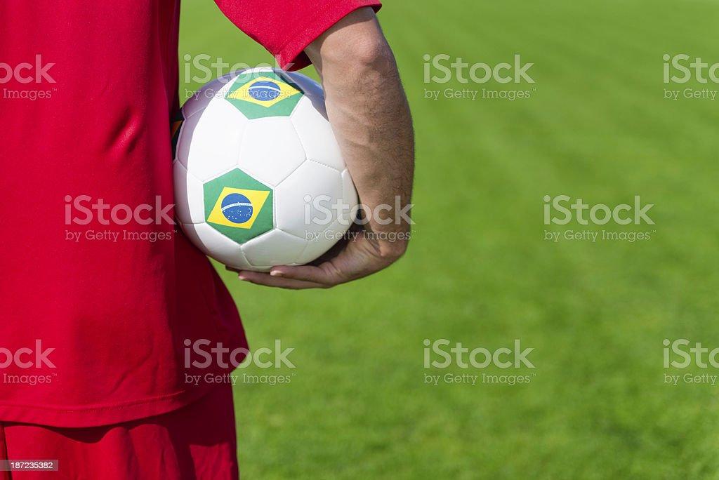 Joueur de football brésilien tenant le ballon - Photo