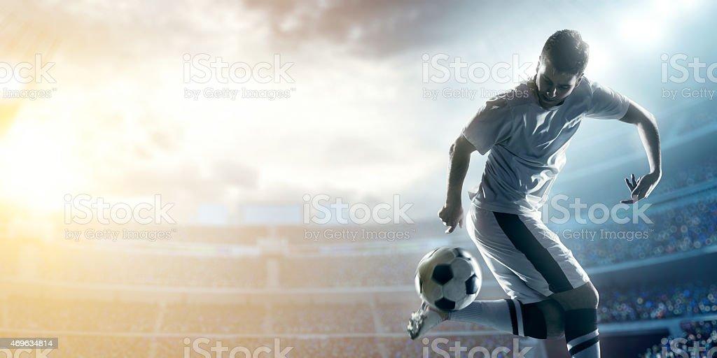 Fußball Spieler treten Kugel im Stadion – Foto