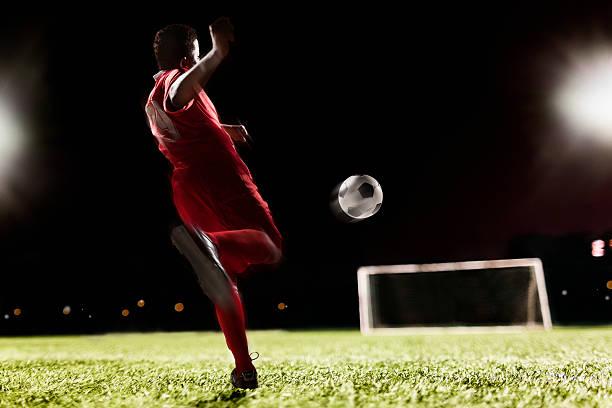 Fußball Spieler treten Fußball-Spielball – Foto