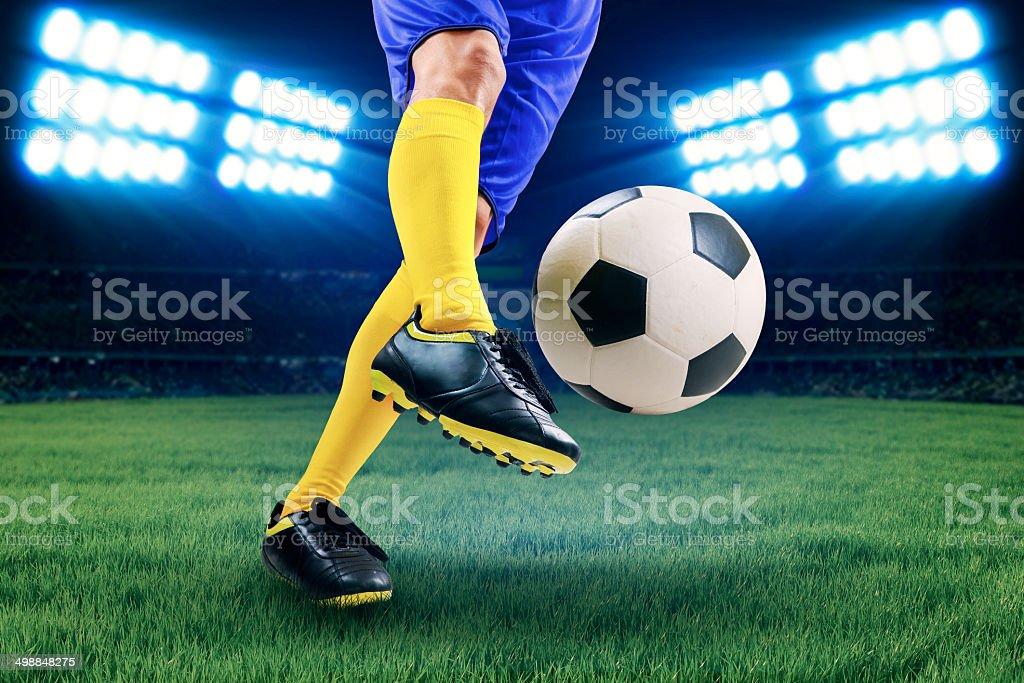Jogador de futebol chutando a bola - foto de acervo