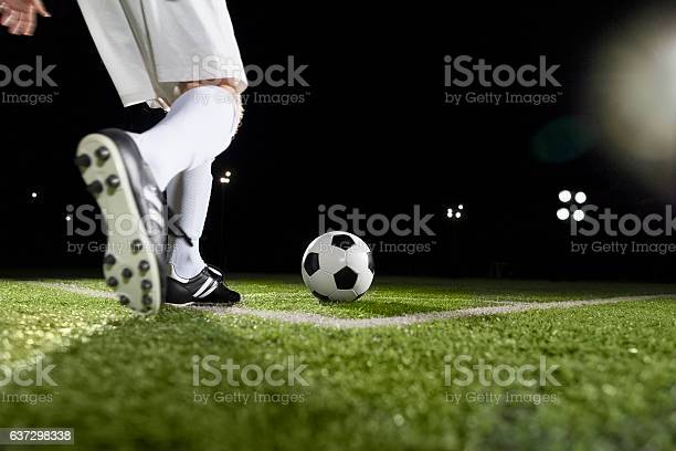 Soccer player making a corner kick picture id637298338?b=1&k=6&m=637298338&s=612x612&h=n622ritussgund injfmpoabo8ik fpxjlxc5ofkzto=