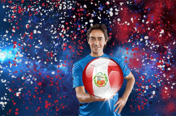 Balón jugador Perú holding con bandera peruana en confeti - foto de stock
