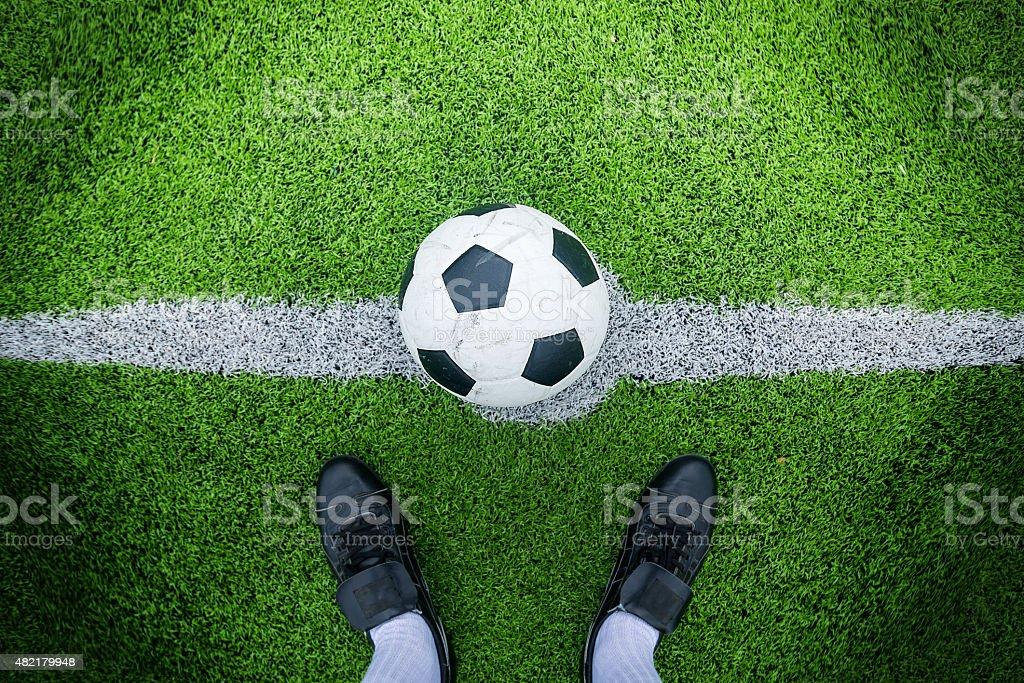 Jogador de futebol pronto para jogar no ponto inicial - foto de acervo