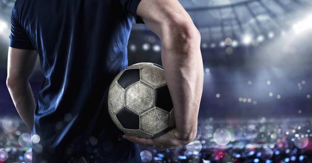joueur de soccer prêt à jouer avec soccerball au stade - football photos et images de collection