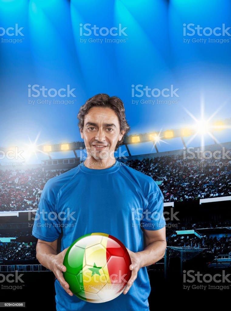 Bola de exploração de Senegal de jogador de futebol com senegalês bandeira no estádio - foto de acervo