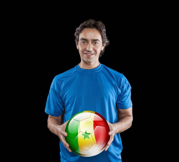Bola de futebol jogador Senegal exploração com bandeira senegalês isoladas em preto - foto de acervo