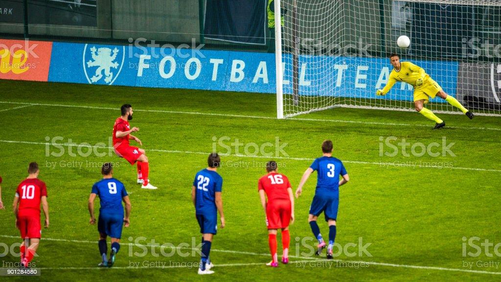 Fußball Spieler schießen Strafe – Foto