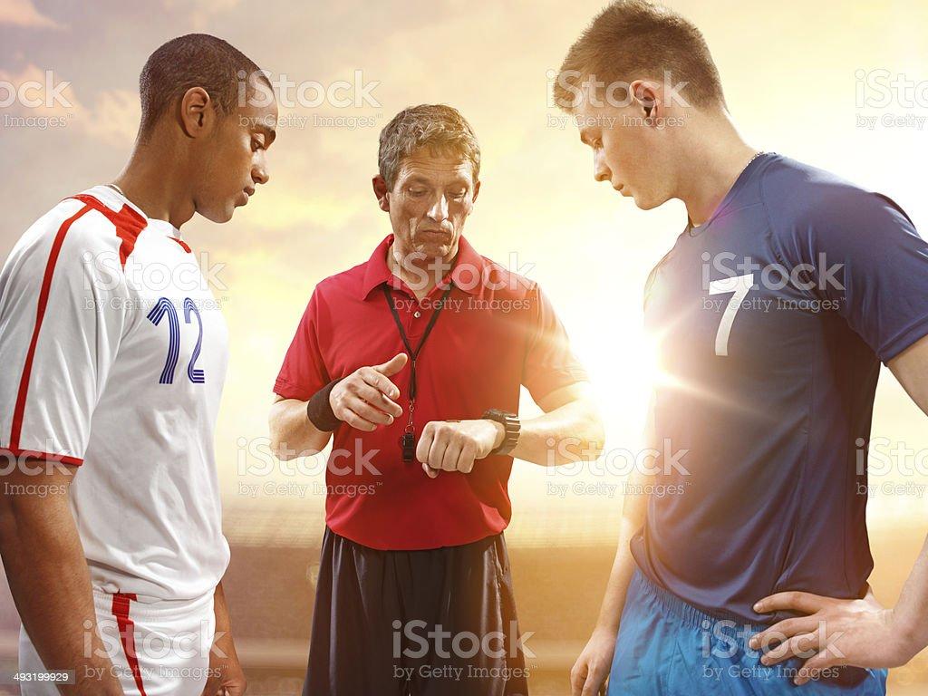 Jogadores de futebol e árbitro início da partida - foto de acervo