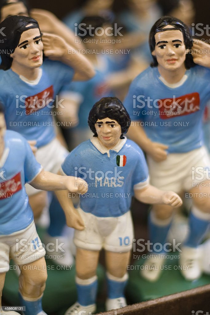 Футбол игроки фигурки в Неаполе Market Street - Стоковые фото Diego Maradona роялти-фри