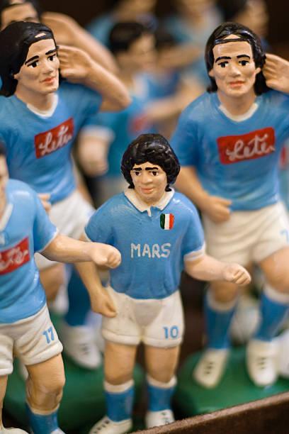 giocatori di calcio statuette a napoli market street - maradona foto e immagini stock