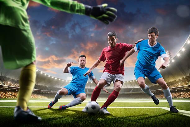 Fußballspieler in Aktion auf Sonnenuntergang-Stadion Hintergrund panorama – Foto