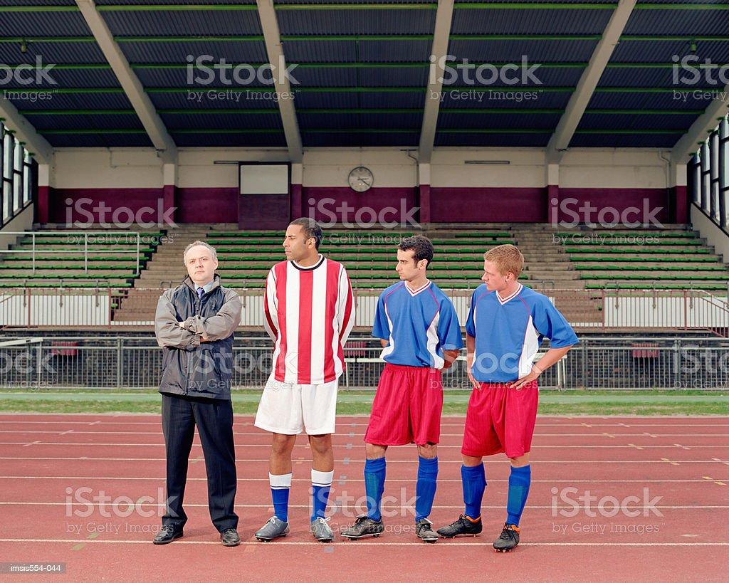 Jugadores de fútbol en estadio foto de stock libre de derechos