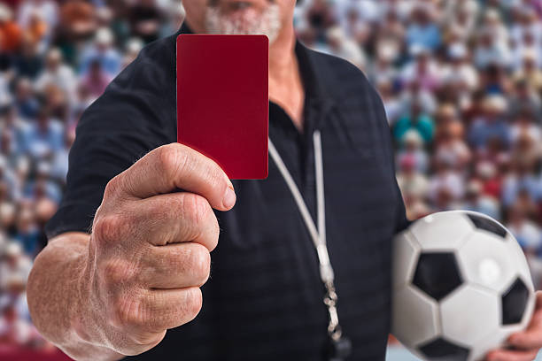 Arbitre de football en tenant un carton rouge à la caméra - Photo