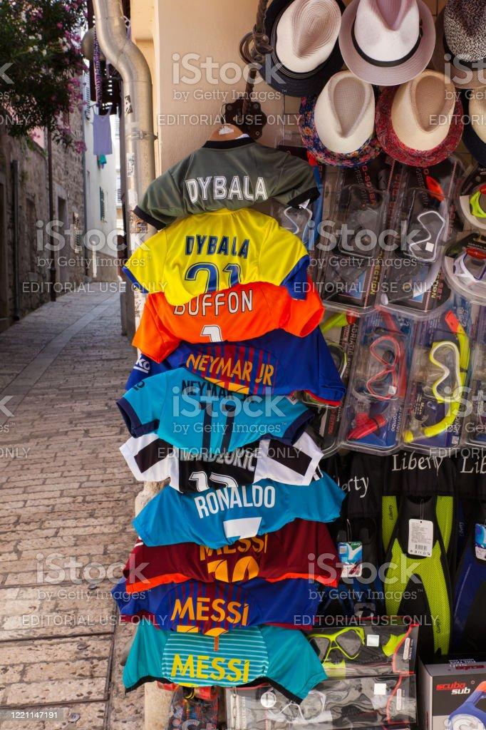 Camisas de futebol penduradas fora de uma loja - Foto de stock de Atleta royalty-free