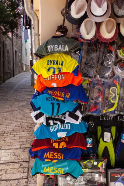 camisas de futebol penduradas fora de uma loja - neymar - fotografias e filmes do acervo