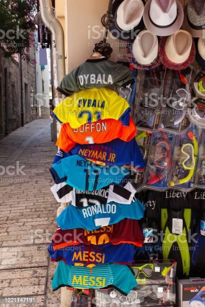 Foto de Camisas De Futebol Penduradas Fora De Uma Loja e mais fotos de stock de Atleta