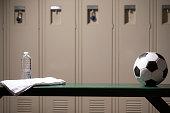 学校体育館のロッカー ルームでサッカー スポーツ用品。