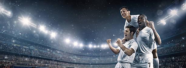 estádio de futebol e jogadores de futebol feliz depois de vitória - equipa de futebol - fotografias e filmes do acervo