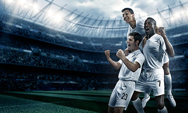 Estádio de futebol e jogadores de futebol feliz depois de Vitória - foto de acervo