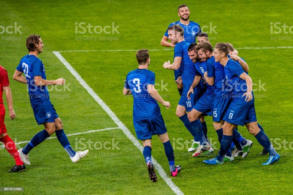Fußball-Nationalmannschaft in blau feiert ein Ziel – Foto