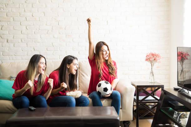 fußball-nationalmannschaft erzielte nur ein tor - fußball themenzimmer stock-fotos und bilder
