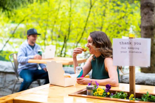 Soziale Zersagung auf einer Terrasse des Restaurants – Foto