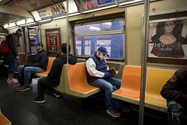 Soziale Entfernung in der New Yorker U-Bahn während der Coronavirus-Pandemie – Foto