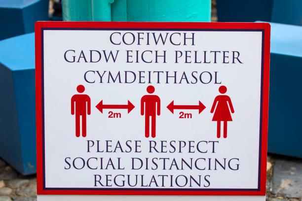 sociaal distancing sign in portmeirion, noord-wales - caernarfon and merionethshire stockfoto's en -beelden