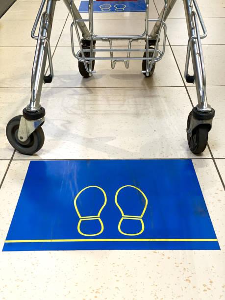 Soziale Entsagungszeichen auf dem Boden eines Ladens – Foto