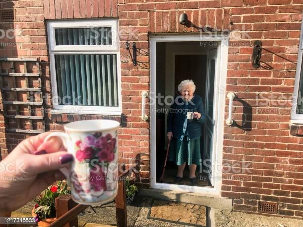 Soziale Zersagung Mit Der Familie Stockfoto und mehr Bilder von 90 und älter