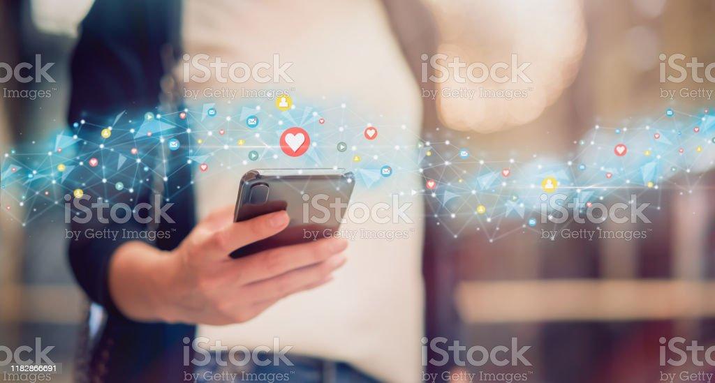 Redes sociales y concepto digital en línea, mujer usando teléfono inteligente e icono de la tecnología de la demostración. - Foto de stock de Adolescente libre de derechos