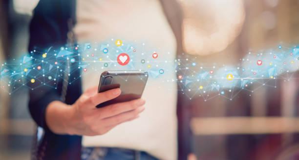 media społecznościowe i cyfrowa koncepcja online, kobieta używająca smartfona i ikony technologii pokazowych. - grupa przedmiotów zdjęcia i obrazy z banku zdjęć