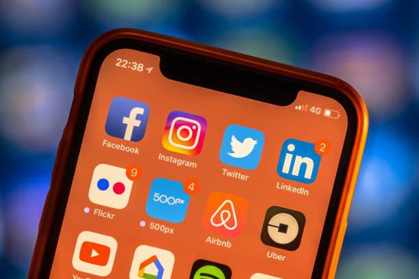 Redes sociales app iconos modernos smartphone nuevo - foto de stock