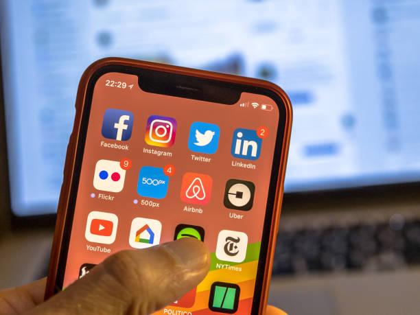 Iconos de app de redes sociales en nuevo iphone - foto de stock