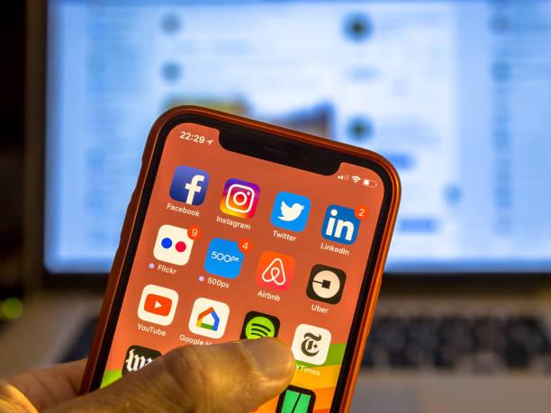 Los medios de comunicación social de la aplicación iconos nuevo smartphone - foto de stock