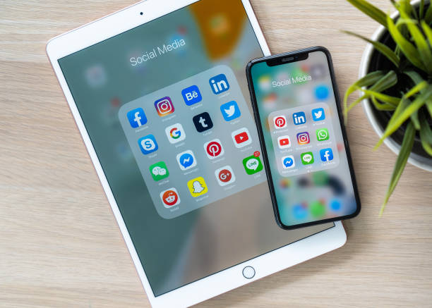 BANGKOK, THAILAND- 26. Juni 2019: Social Media App, mobile Multi-Channel, cross-channel Internet Online-App für Menschen digitalen Lifestyle mit Logo auf iPhone X und ipad pro Touchscreen – Foto